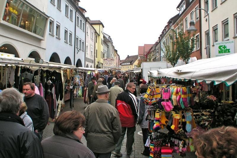 Markt in der Langen Straße mit vielen Menschen