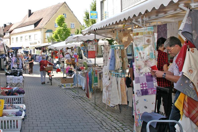 Stände mit Textilwaren in der Lange Straße